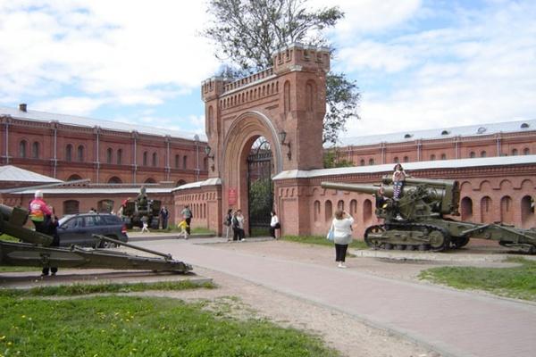 Во дворе Музея артиллерии