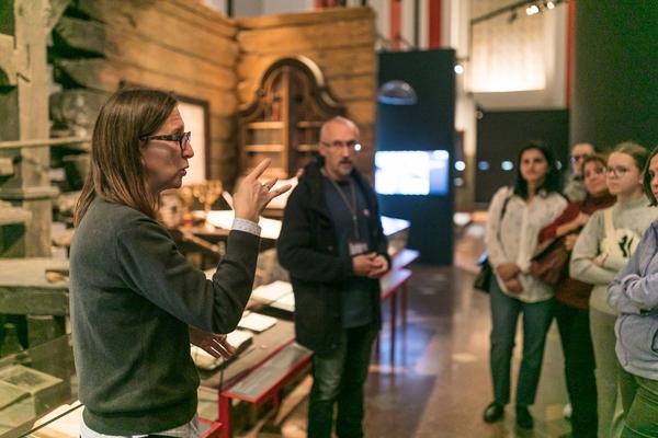 Кириллица в пространстве и времени: экскурсия с переводом на жестовый язык
