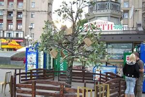 Дерево со стульями