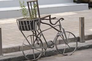Скамейка и велосипед