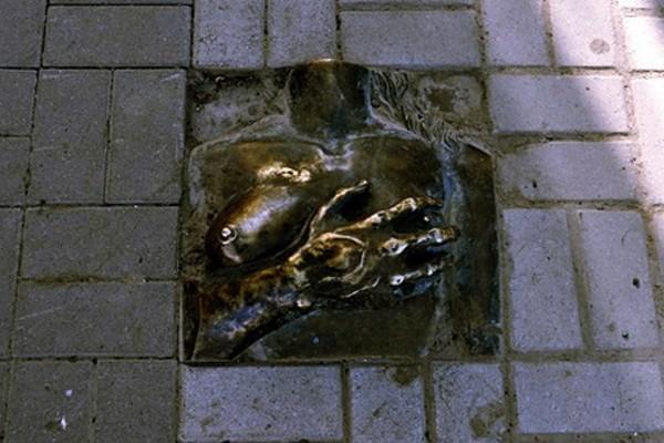 Памятник груди