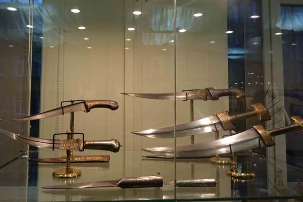 Экскурсия по выставке старинного оружия