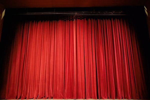 Театры, которые дают спектакли даже летом